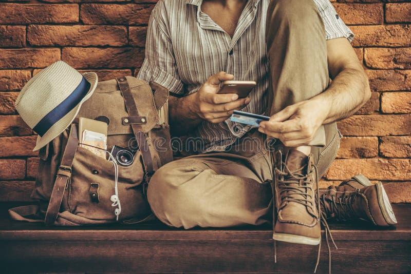 Passi la carta di credito della tenuta con la mano per acquisto online di pagamento fotografia stock