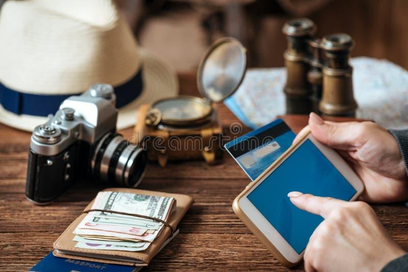 Passi la carta di credito della tenuta con la mano per acquisto online di pagamento immagini stock libere da diritti