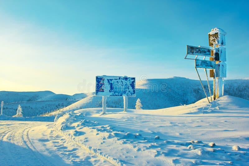 Passi la cima Inverno Un declino kolyma fotografie stock libere da diritti