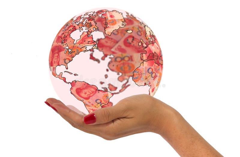 Passi la mappa di mondo della tenuta fatta dagli yuan cinesi immagini stock libere da diritti