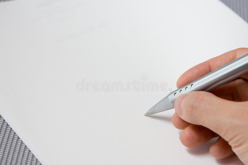 Passi la penna di holding con il documento immagine stock