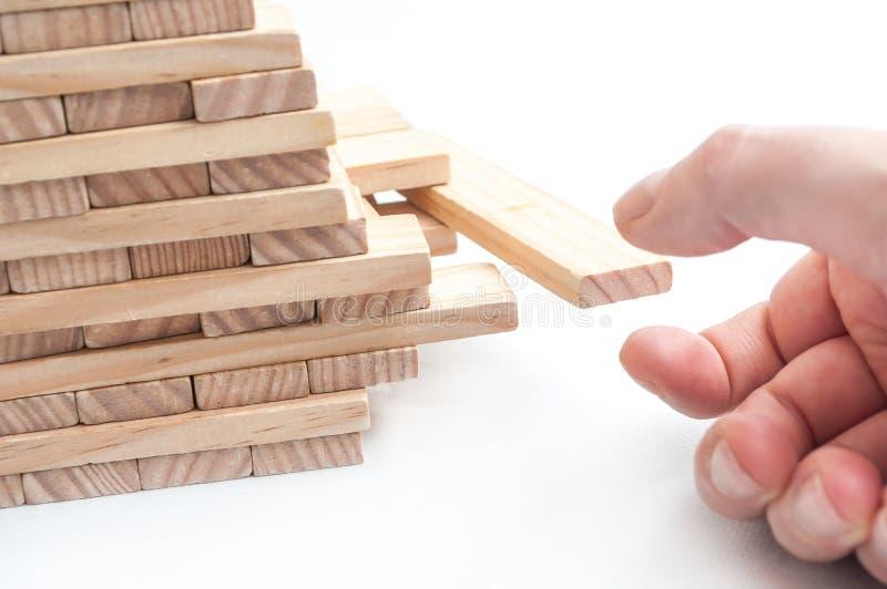 Passi la prova per decollare il pezzo di mattone di legno del gioco della costruzione fotografia stock libera da diritti