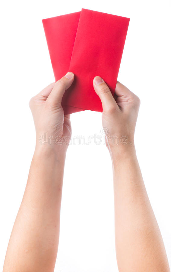 Passi la tenuta della busta rossa cinese con soldi isolati sopra fondo bianco immagine stock