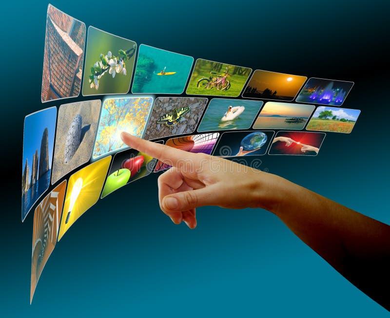 Passi le immagini di ricerca a scansione in spazio virtuale dello schermo di tocco fotografia stock