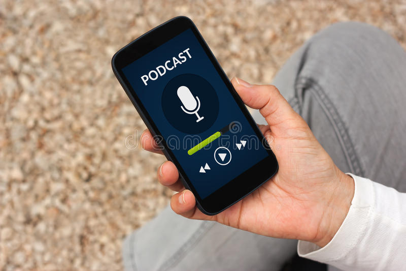 Passi lo Smart Phone della tenuta con il concetto di podcast sullo schermo fotografie stock