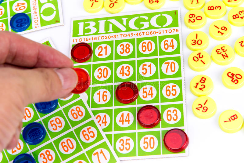 Passi mettere l'ultimo chip per essere vincitore del gioco di bingo immagini stock libere da diritti