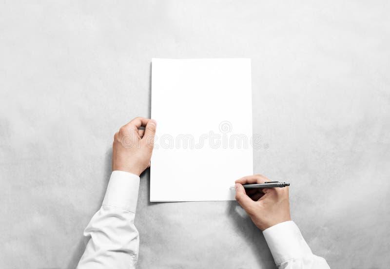 Passi a tenuta il modello in bianco del contratto e la firma  immagini stock