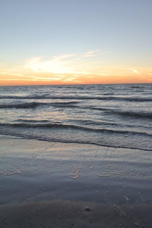 Passi una spiaggia e un tramonto della griglia fotografie stock libere da diritti