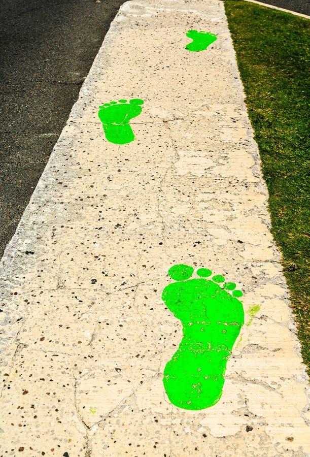 Passi verdi sul marciapiede fotografia stock libera da diritti
