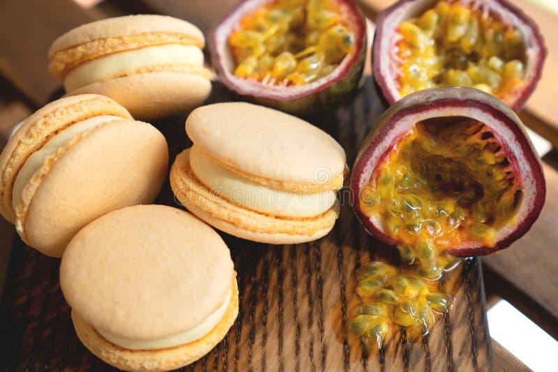 Passiflore comestible de passiflore avec des macarons sur le fond en bois image stock