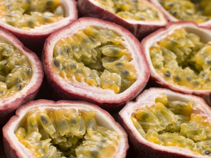 Passiflore comestible de passiflore divisée en deux image stock