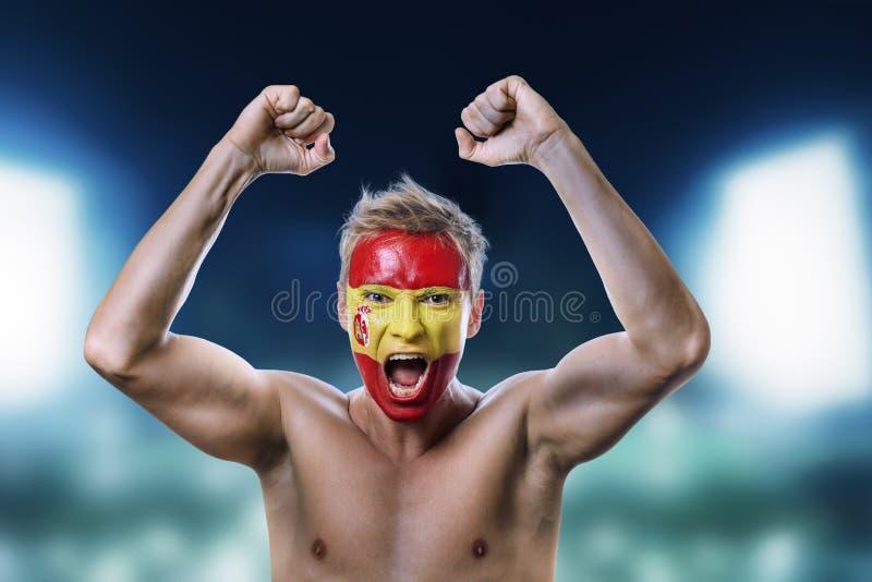 Passioné du football avec le drapeau de l'Espagne peint sur son visage photographie stock
