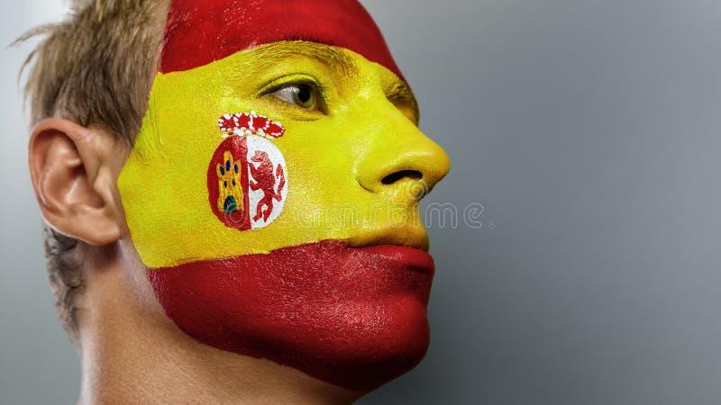 Passioné du football avec le drapeau de l'Espagne peint sur son visage images stock