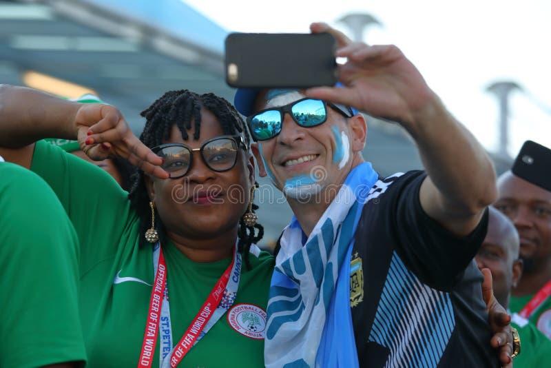 Passionés du football argentins et nigériens dans le St Petersbourg pendant la coupe du monde de la FIFA Russie 2018 photo libre de droits