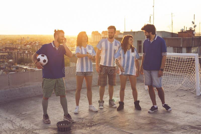 Passionés du football ayant l'amusement images stock