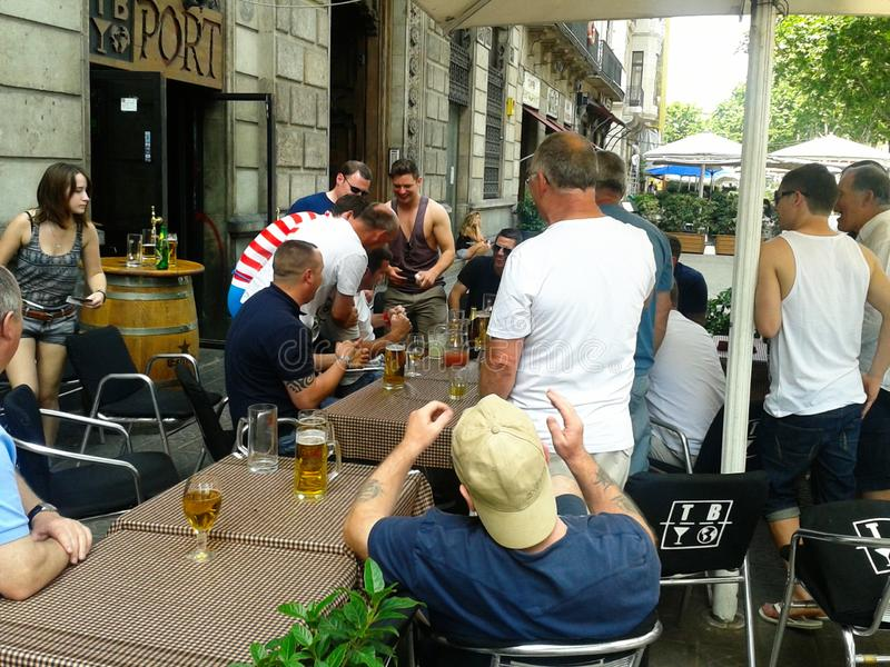 passionés du football ayant l'amusement sur la terrasse d'un bar à Barcelone photographie stock