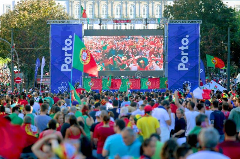 Passionés du football portugais observant l'euro 2016 final photographie stock libre de droits