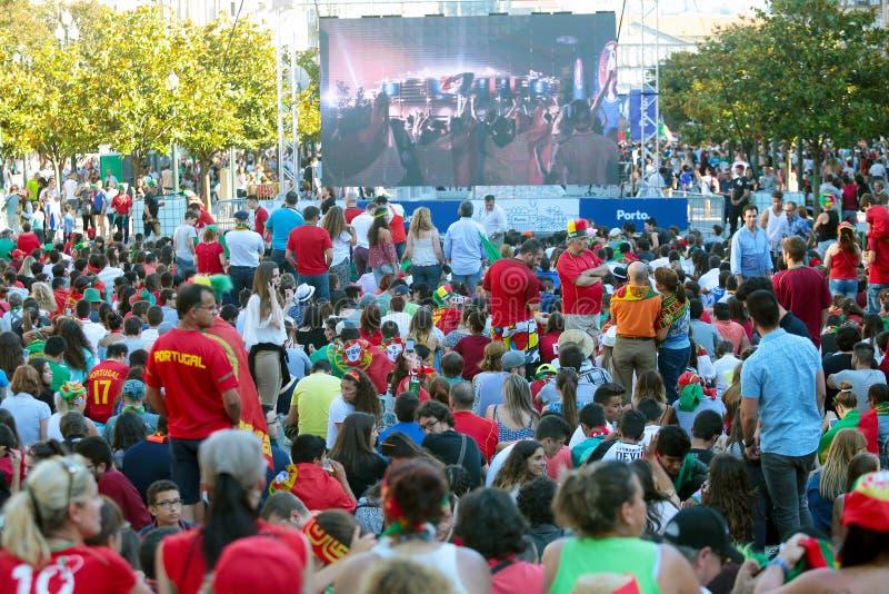 Passionés du football portugais observant l'euro 2016 final image stock