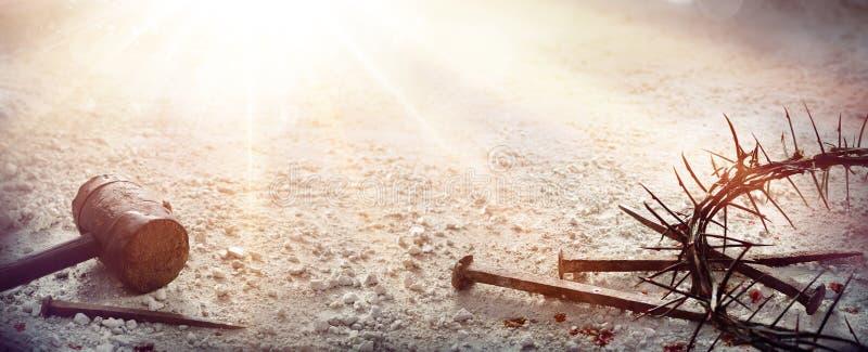 Passion av Jesus Christ - hammaren och blodigt spikar och kronan av taggar royaltyfria foton
