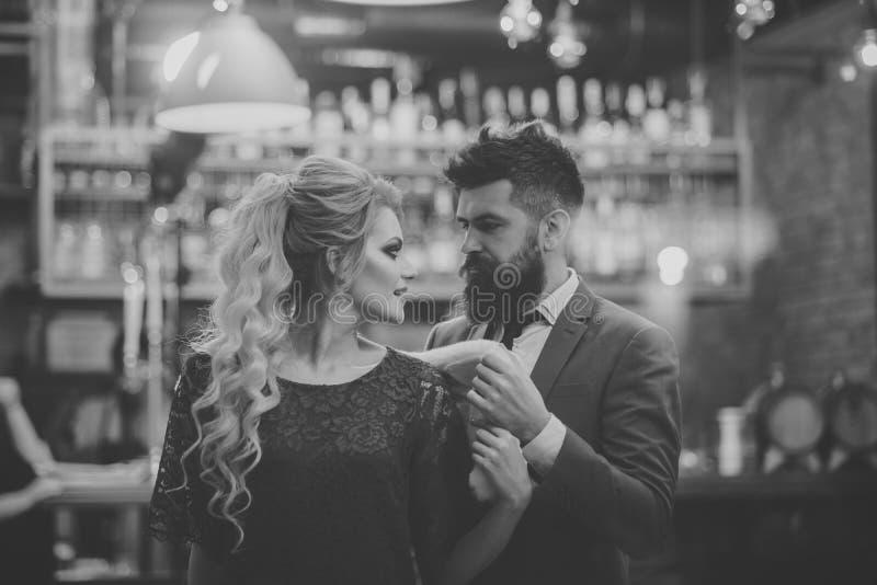 Passion de Lovane Le jeune couple se réunit dans un café à une date et à un entretien au-dessus d'une tasse de café images libres de droits