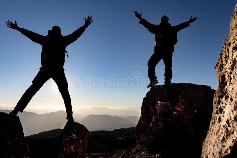 Passion för maxima och begreppet av lyckade klättrare royaltyfria foton