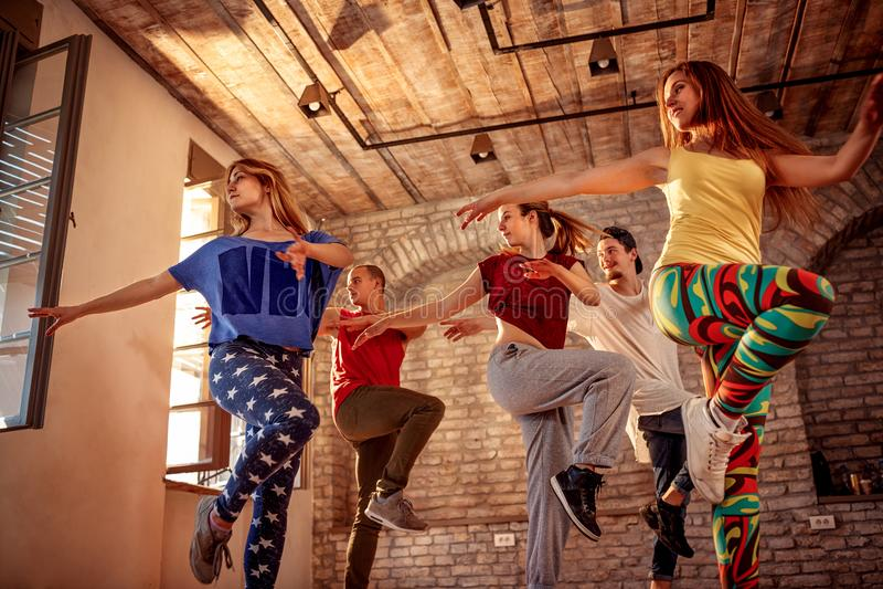Passiondanslag - dansare som övar dansutbildning i studio royaltyfri fotografi