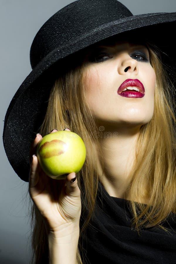 Passionerad blond flicka med äpplet royaltyfri fotografi