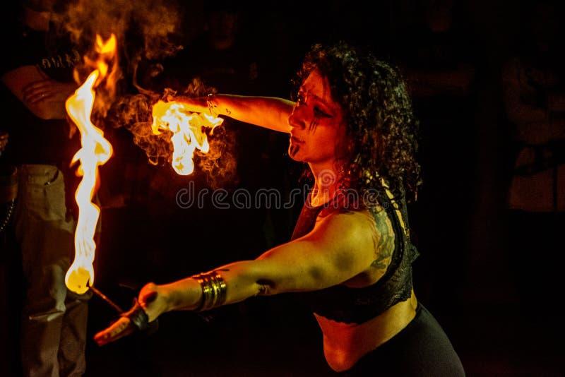 Passionerad dans för behagfull flickadans med brandfanen i hans hand Dansare i stam- stil Aktivera showen arkivfoto