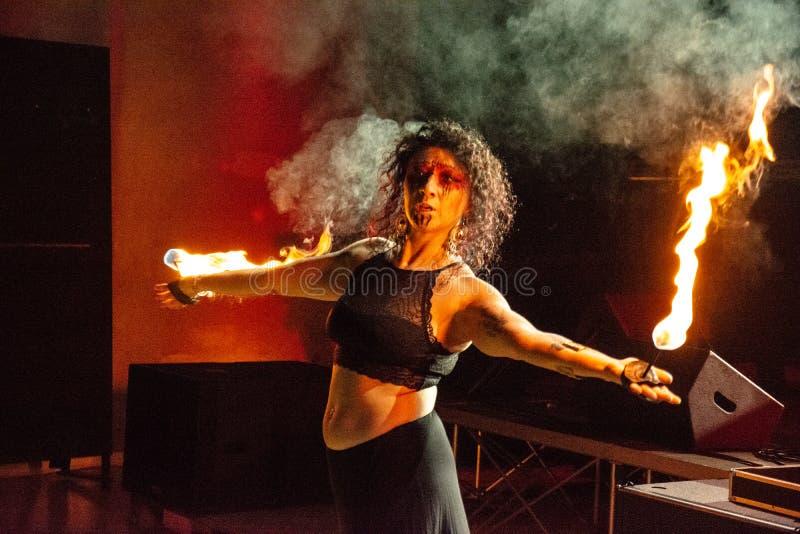 Passionerad dans f?r behagfull flickadans med brandfanen i hans hand Dansare i stam- stil Aktivera showen royaltyfri fotografi