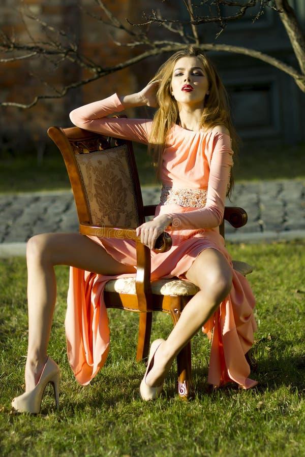 Passionerad kvinna på den utomhus- fåtöljen arkivfoto