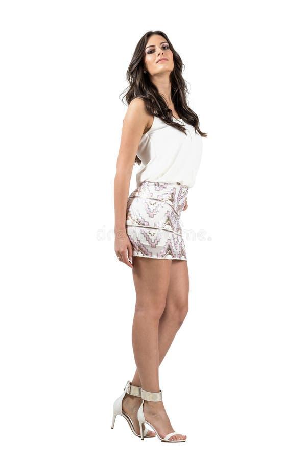 Passionerad latinsk skönhet i modeutelivklänning med huvudet lutar tillbaka royaltyfria bilder