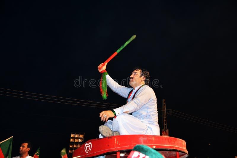 Passionerad PTI-supporter på Raiwind Jalsa som stöttar Imran Khan royaltyfria bilder