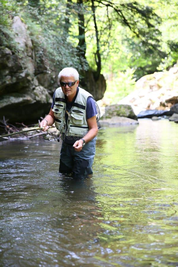 Passionerat fiskareanseende i floden royaltyfri fotografi