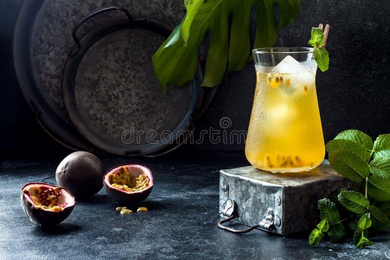 Passionfruit a glacé le thé vert ou la limonade avec la chaux et la menthe Boisson froide régénératrice tropicale images stock