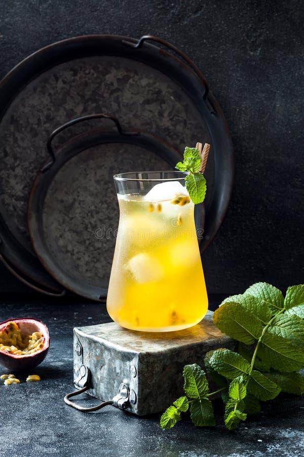 Passionfruit a glacé le thé vert ou la limonade avec la chaux et la menthe Boisson froide régénératrice tropicale photographie stock