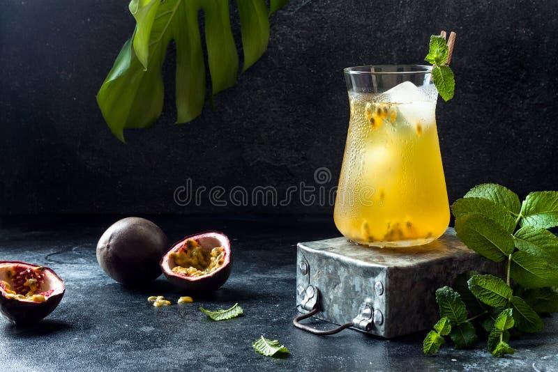 Passionfruit a glacé le thé vert ou la limonade avec la chaux et la menthe Boisson froide régénératrice tropicale photos libres de droits