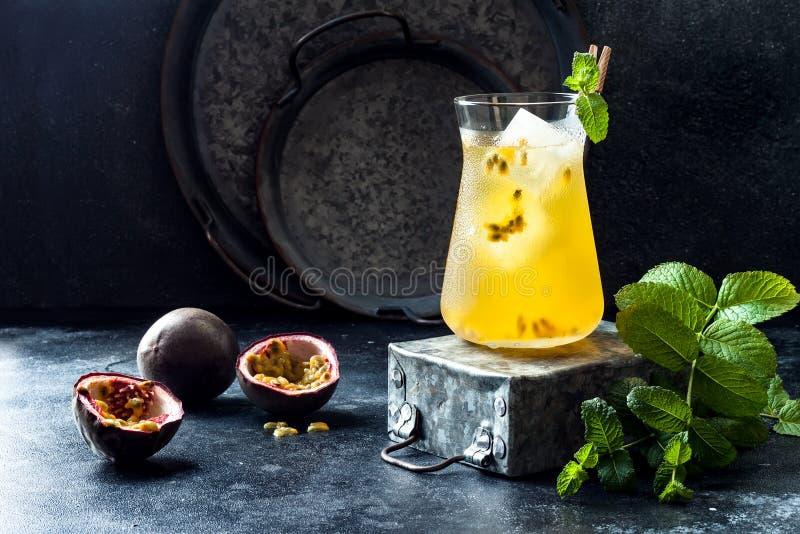 Passionfruit a glacé le thé vert ou la limonade avec la chaux et la menthe Boisson froide régénératrice tropicale photo libre de droits