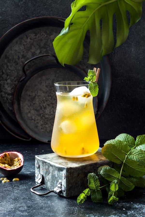 Passionfruit a glacé le thé vert ou la limonade avec la chaux et la menthe Boisson froide régénératrice tropicale photographie stock libre de droits