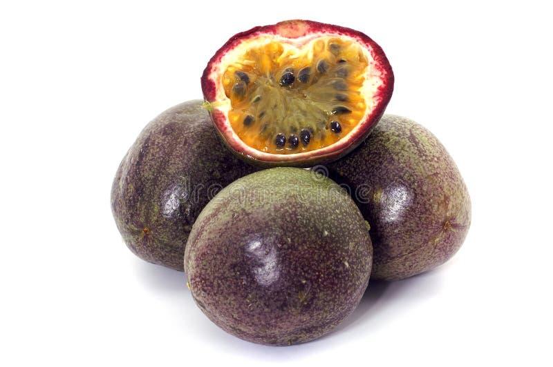 Passionfruit halved com polpa, isolado fotografia de stock