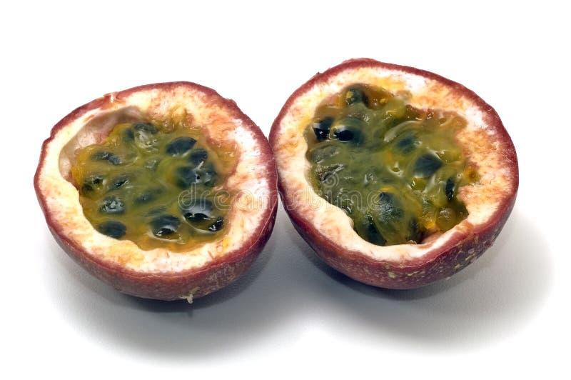 Passionfruit halved com polpa, isolado imagens de stock royalty free