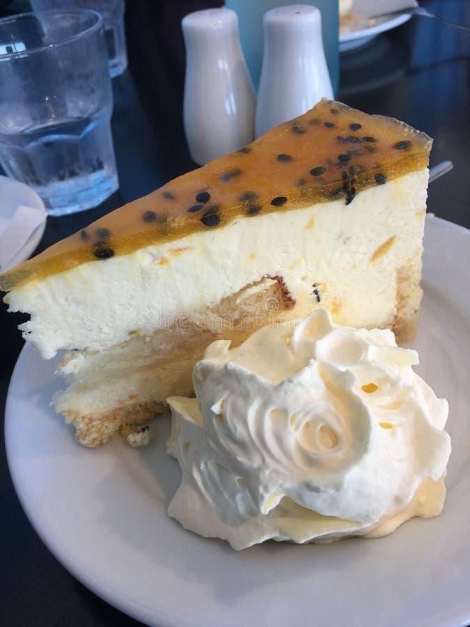 Passionfruit i cytryny cheesecake z śmietanką zdjęcia stock