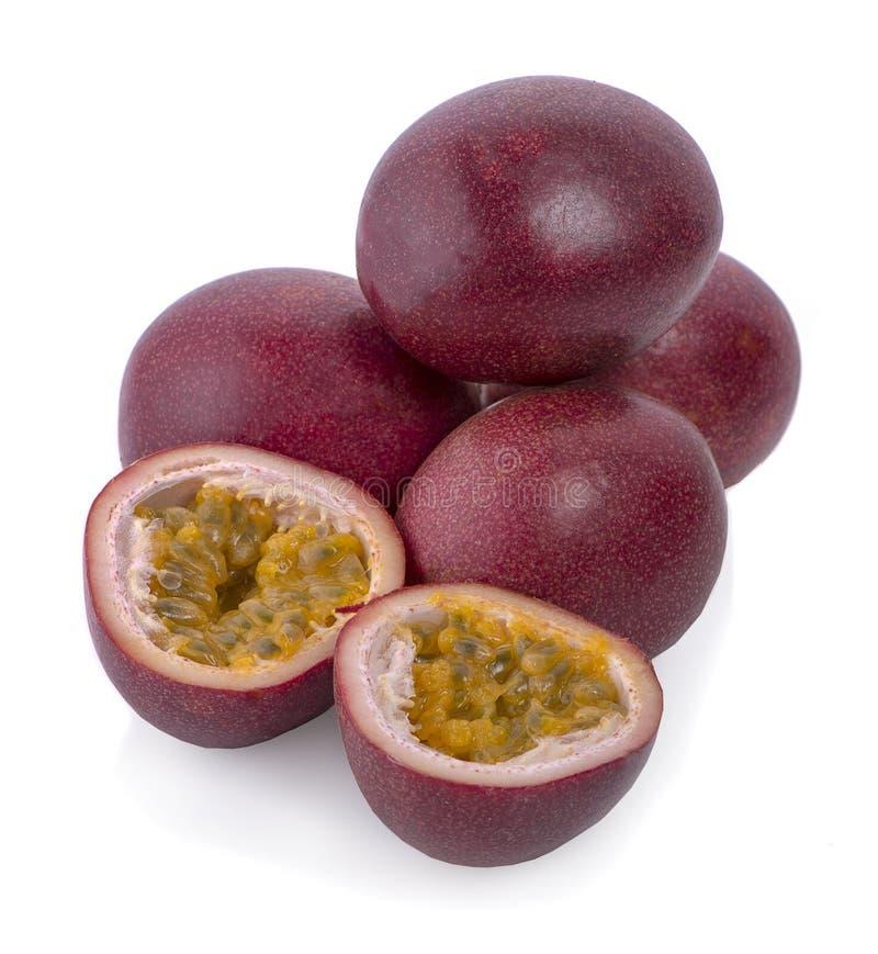 Passionfruit isolato Raccolta di intero e frutto della passione tagliato fotografia stock