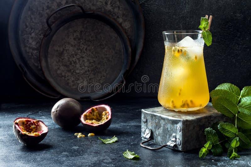 Passionfruit zamrażał zielonej herbaty lub lemoniady z wapnem i mennicą Tropikalny odświeżający zimny napój fotografia stock