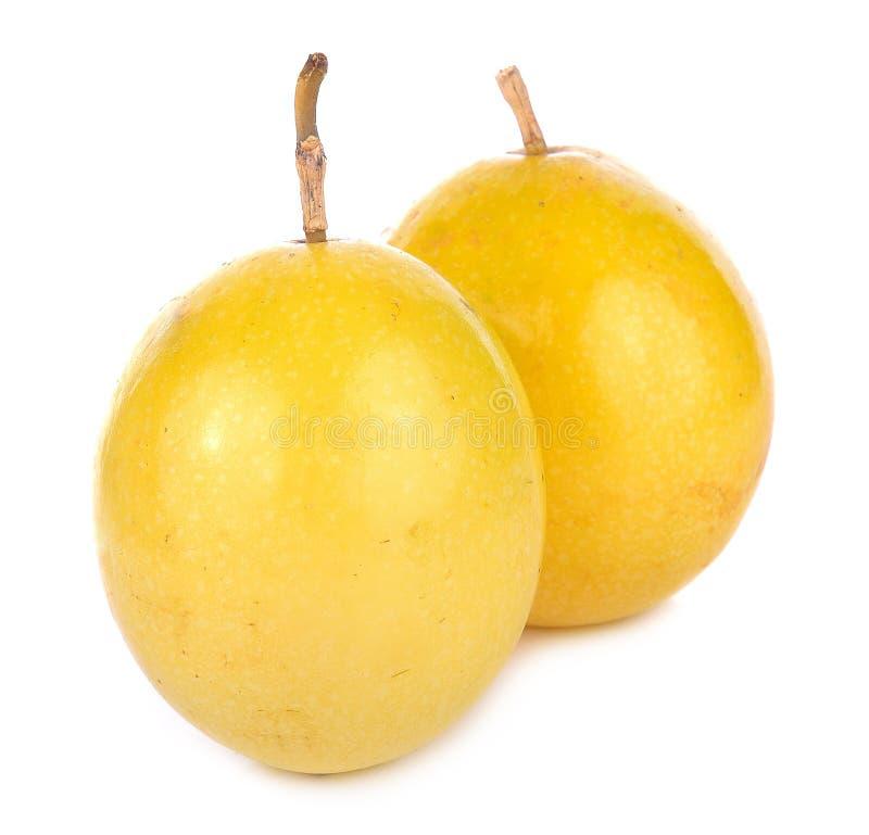 Passionfrukt eller maracuya, hel frukt och öppnat royaltyfri foto