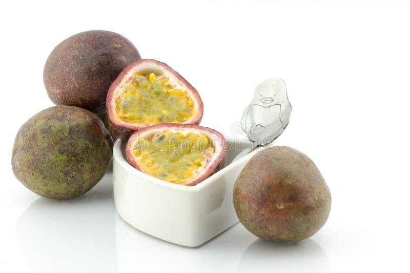 Passionfrukt eller maracuya, hel frukt och öppnat royaltyfri bild