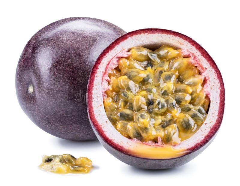 Passionfrukt och dess tvärsnitt med mosig fruktsaft som fylls med frö Snabb bana royaltyfri fotografi