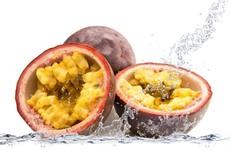 Passionfrukt som faller i vatten arkivbild