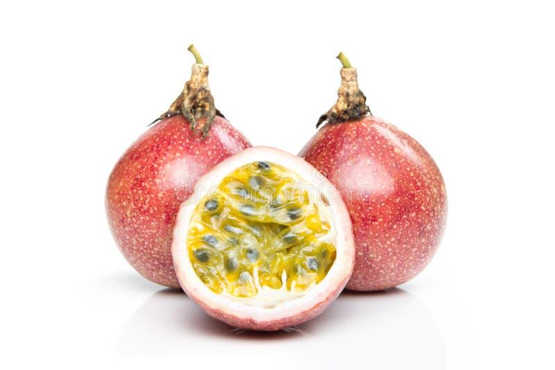 Passionfrukter och skiva som isoleras på vit royaltyfria bilder