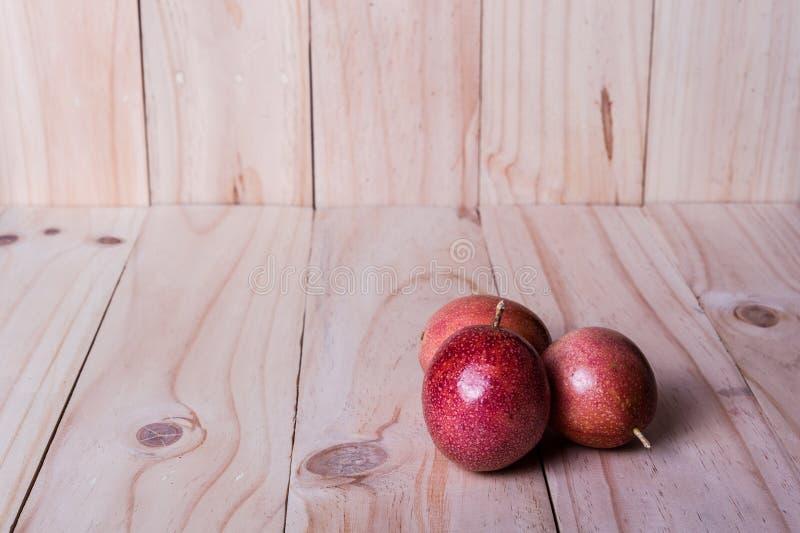 Passionfrukter på träbakgrund som beståndsdel för packedesign royaltyfria foton