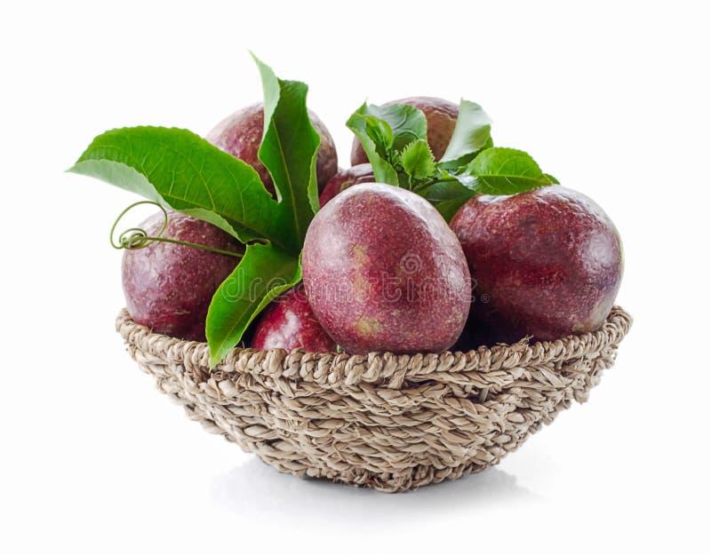Passionfrukter som isoleras på vit bakgrund arkivbild